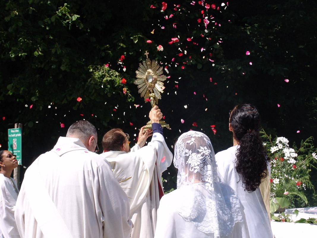 Processions co-animées avec la communauté le Verbe de Vie